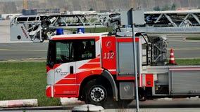 Firetruck en el aeropuerto de Francfort, FRA almacen de metraje de vídeo