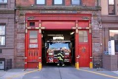 Firetruck in Firehouse Motor 74, de Stad van New York stock afbeelding