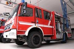 Firetruck inom stationen Arkivbilder