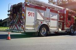 Firetruck op de straat Stock Afbeeldingen