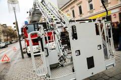 Firetruck på en stadsgata, närbildsikt av stegeelevatorn Arkivfoton