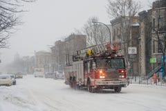 Firetruck på helgonet Denis Street under den första snöstormen av set Royaltyfri Bild
