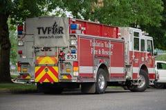 Firetruck parqueado debajo del árbol imagen de archivo