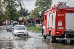 Firetruck przyjeżdża drenować zalewającego teren Obrazy Royalty Free