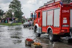 Firetruck przyjeżdża drenować zalewającego teren Obrazy Stock