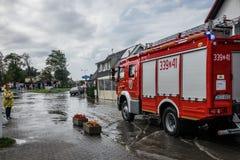 Firetruck przyjeżdża drenować zalewającego teren Zdjęcie Royalty Free
