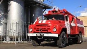 Firetruck rojo en el cuerpo de bomberos almacen de metraje de vídeo