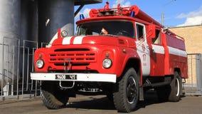 Firetruck rojo en el cuerpo de bomberos almacen de video