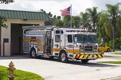 Firetruck som parkeras utanför en brandstation Arkivbild