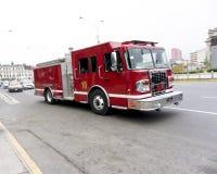 Firetruck som rusar ner en gata till ett felanmälan Arkivbilder