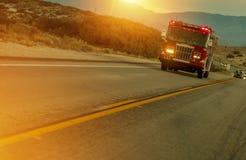 Firetruck som rusar på huvudvägen Fotografering för Bildbyråer