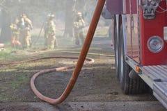 Firetruck und Schlauch Lizenzfreie Stockfotos