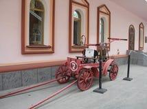 Firetruck viejo en el Izmailovo el Kremlin fotos de archivo