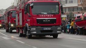 Firetrucks paradują podczas świętowań dla święta państwowego Rumunia zbiory wideo