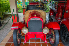 Firetrucks rojos antiguos hermosos parqueados en garaje Fotografía de archivo