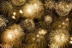 Firew dourado do ano dos anos do fundo do ouro dos fogos de artifício da véspera de Ano Novo foto de stock