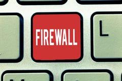 Firewall för textteckenvisning Begreppsmässigt foto att skydda nätverket eller systemet från obehörigt tillträde med firewallen royaltyfria bilder