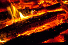 Firewoods e carvões de Conflagrant fotografia de stock royalty free