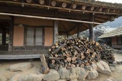 Firewoods in fiont van het oude huis Royalty-vrije Stock Foto's