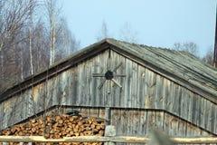 Firewoods vicino ad una casa di legno Immagini Stock