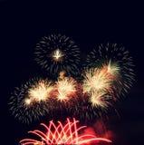 firework Os fogos-de-artifício coloridos bonitos na água surgem com um fundo preto limpo Festival do divertimento e competição do imagens de stock