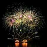 firework Os fogos-de-artifício coloridos bonitos na água surgem com um fundo preto limpo Festival do divertimento e competição do imagens de stock royalty free