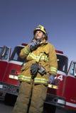 Fireworker谈话在携带无线电话 库存图片