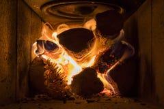 Firewwod wśrodku drewnianej płonącej kuchenki fotografia stock