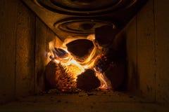 Firewwod wśrodku drewnianej płonącej kuchenki zdjęcie stock