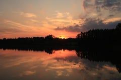 Firey röd solnedgång reflexion 3 för sjö Fotografering för Bildbyråer