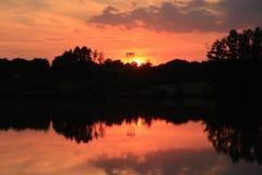 Firey röd solnedgång reflexion 4 för sjö Royaltyfri Bild