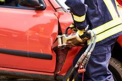 firfighter libérant des victems d'accident images stock