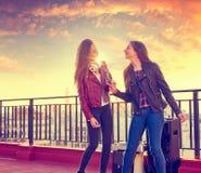 Firls диапазона друзей поя караоке на террасе на крыше Стоковые Фото