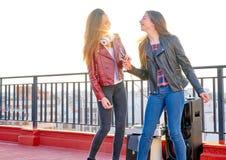 Firls диапазона друзей поя караоке на террасе на крыше Стоковое Фото