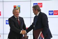 Firmó un acuerdo de cooperación entre el banco del gobierno de Jabárovsk Krai y del correo de PJSC Imágenes de archivo libres de regalías