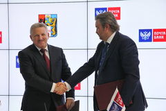 Firmó un acuerdo de cooperación entre el banco del gobierno de Jabárovsk Krai y del correo de PJSC Fotografía de archivo libre de regalías