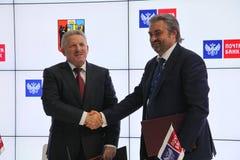 Firmó un acuerdo de cooperación entre el banco del gobierno de Jabárovsk Krai y del correo de PJSC Imagen de archivo libre de regalías