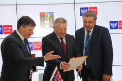 Firmó un acuerdo de cooperación entre el banco del gobierno de Jabárovsk Krai y del correo de PJSC Fotos de archivo