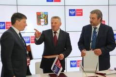 Firmó un acuerdo de cooperación entre el banco del gobierno de Jabárovsk Krai y del correo de PJSC Fotos de archivo libres de regalías