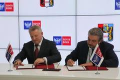 Firmó un acuerdo de cooperación entre el banco del gobierno de Jabárovsk Krai y del correo de PJSC Fotografía de archivo