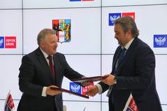 Firmó un acuerdo de cooperación entre el banco del gobierno de Jabárovsk Krai y del correo de PJSC Imagenes de archivo