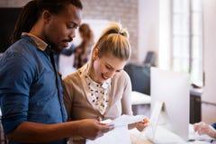 Firm coworkers dyskutuje pomysły i brainstorming Zdjęcia Stock