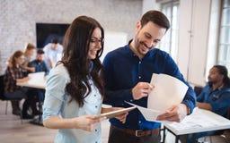 Firm coworkers dyskutuje pomysły i brainstorming Obrazy Stock