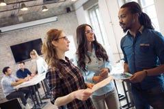 Firm coworkers dyskutuje pomysły i brainstorming Zdjęcie Stock