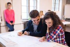 Firm coworkers dyskutuje pomysły i brainstorming Fotografia Royalty Free