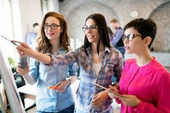 Firm coworkers dyskutuje pomysły i brainstorming Fotografia Stock