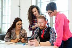 Firm coworkers dyskutuje pomysły i brainstorming Zdjęcia Royalty Free
