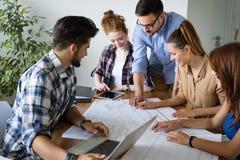 Firm coworkers dyskutuje pomysły i brainstorming Obrazy Royalty Free