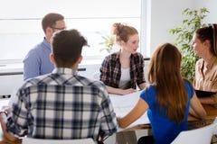 Firm coworkers dyskutuje pomysły i brainstorming Zdjęcie Royalty Free