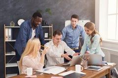 Firm coworkers dyskutuje pomysły w biurze Obrazy Royalty Free